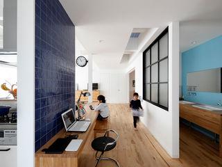 一級建築士事務所アトリエm Salas de estilo escandinavo Azulejos Azul