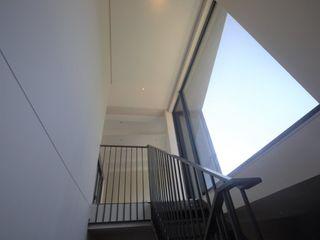Kunst Architecture & Interiors Moderne gangen, hallen & trappenhuizen IJzer / Staal Wit