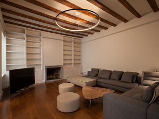 Reforma en el barrio Gótico Isa de Luca Salones de estilo moderno