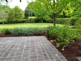 Realizzazione aiuola di erbacee perenni Oracio Giardini Giardino anteriore