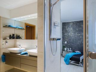 Bad mit Sauna Familie H. Klotz Badmanufaktur GmbH Moderne Badezimmer Fliesen Beige
