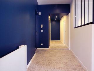 Rénovation complète d'un appartement Haussmannien Deco-Daix Couloir, entrée, escaliers modernes Bleu