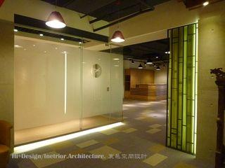 Hi+Design/Interior.Architecture. 寰邑空間設計 Стены и пол в стиле модерн