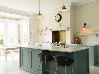 The South Wing Kitchen by deVOL deVOL Kitchens Кухня Синій