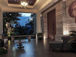 Cajuputi House EIGHT IDEA Balkon, Beranda & Teras Gaya Eklektik