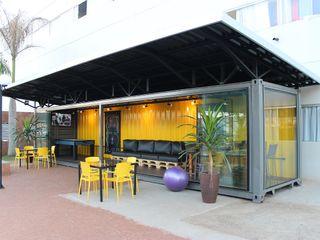 Sala Container Dani Santos Arquitetura Escolas modernas de madeira e plástico Amarelo