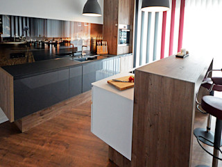 Glascouture by Schenk Glasdesign Built-in kitchens Glass Multicolored
