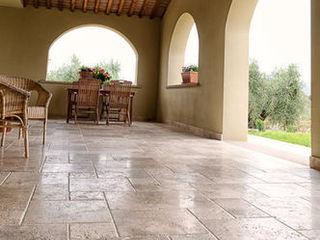Villa a Bolgheri con pavimenti in travertino - Villa in the Tuscan countryside Pietre di Rapolano Balcone, Veranda & TerrazzoAccessori & Decorazioni Pietra Beige