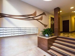CALLA | ATRIO CONDOMINIALE ADIdesign* studio Pareti & Pavimenti in stile moderno
