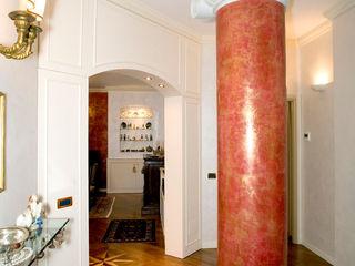 VENEZIA | RESIDENZA IN CENTRO STORICO ADIdesign* studio Ingresso, Corridoio & Scale in stile classico