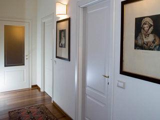 CASA BEIGE | APPARTAMENTO ADIdesign* studio Ingresso, Corridoio & Scale in stile classico
