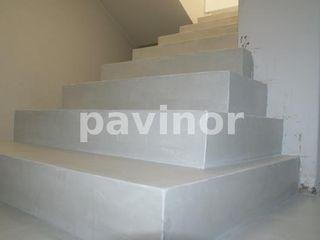 Suelo Microcemento Gris Claro Pavinor Pasillos, vestíbulos y escaleras de estilo clásico Hormigón Gris