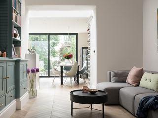 Swedish Elegance - Residential redecoration SWM Interiors & Sourcing Ltd Soggiorno moderno Legno Grigio