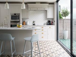 Swedish Elegance - Residential redecoration SWM Interiors & Sourcing Ltd Cucina moderna Piastrelle Grigio