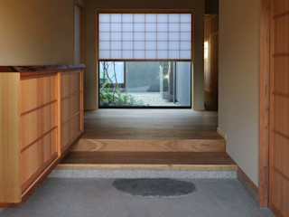 吉川弥志設計工房 Modern corridor, hallway & stairs