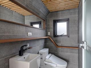 Hi+Design/Interior.Architecture. 寰邑空間設計 Baños de estilo moderno