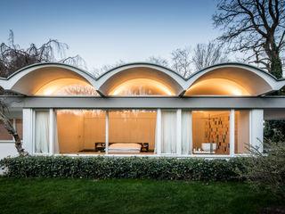 Mid-Century Bungalow Corneille Uedingslohmann Architekten Casas de estilo minimalista Blanco