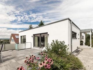 Moderne Flachdachvilla im Bauhausstil mit architektonischen Highlights wir leben haus - Bauunternehmen in Bayern Einfamilienhaus