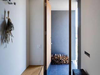 川添純一郎建築設計事務所 Pasillos, vestíbulos y escaleras modernos Blanco