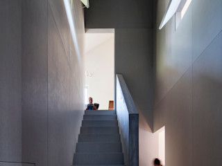 川添純一郎建築設計事務所 Pasillos, vestíbulos y escaleras modernos Gris