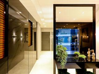 Studio Diego Duracenski Interiores Modern corridor, hallway & stairs