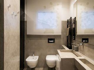 Casa D_E Fermox Solutions Baños de estilo moderno Hormigón Gris