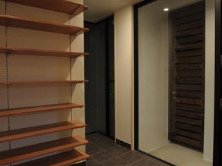 hacototo design room Couloir, entrée, escaliers modernes Pierre Noir