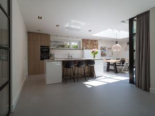 Interieur vrijstaande woning Bergen (NH) By Lilian Moderne keukens