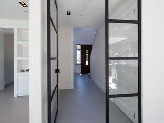 Interieur vrijstaande woning Bergen (NH) By Lilian Moderne gangen, hallen & trappenhuizen