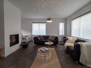 Modern & sfeervol interieur in vrijstaande woning By Lilian Moderne woonkamers Glas Wit