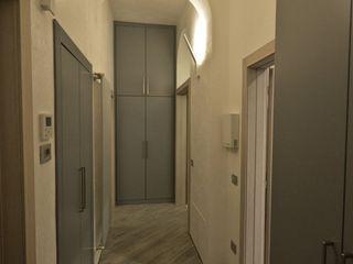 """Appartamento in centro storico """"Lui"""" Studio di Architettura IATTONI Ingresso, Corridoio & Scale in stile moderno"""