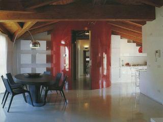 DELFINETTIDESIGN Livings modernos: Ideas, imágenes y decoración Madera Rojo
