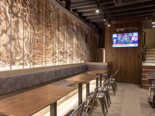 Proyecto Lumínico en Bar y Restaurante Luxiform Iluminación Bares y clubs de estilo rural Acabado en madera