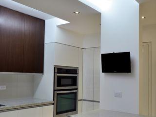 Loma Linda RRA Arquitectura Cocinas de estilo minimalista