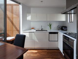 株式会社 ギルド・デザイン一級建築士事務所 Cocinas equipadas Blanco