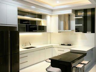 Lighthouse Architect Indonesia Nhà bếp phong cách tối giản White