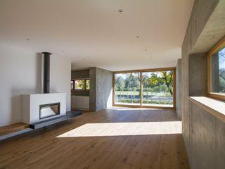 Haus F2 Fiedler + Partner Moderne Wohnzimmer Beton Weiß