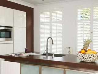 S:CRAFT Nhà bếp phong cách kinh điển Gỗ-nhựa composite White