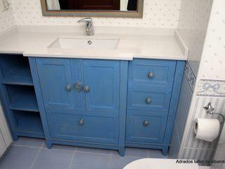 Mueble para lavabo Adrados taller de ebanistería Baños de estilo ecléctico Madera Azul