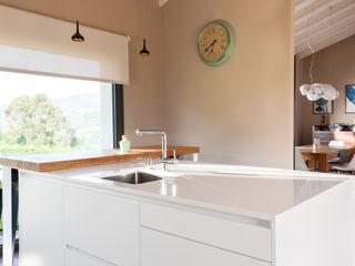 EL ALMA DE LA CASA ESTUDIO SANTOS GIJÓN Cocinas de estilo minimalista Tablero DM Blanco