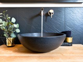 Modernes Waschbecken in Basaltoptik auf einer massiven Eichenholzplatte Banovo GmbH Rustikale Badezimmer