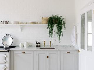The Strawberry Hill Kitchen by deVOL deVOL Kitchens Кухонні прилади Дерево Сірий