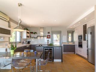 Home & Haus   Home Staging & Fotografía مطبخ Beige