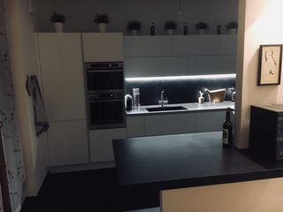 cucina bianco e nero cARTE di Andrea Giannozzi CucinaArmadietti & Scaffali Truciolato Bianco
