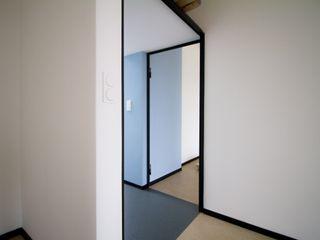 Modernisierung Haus W Fiedler + Partner Minimalistischer Flur, Diele & Treppenhaus Weiß
