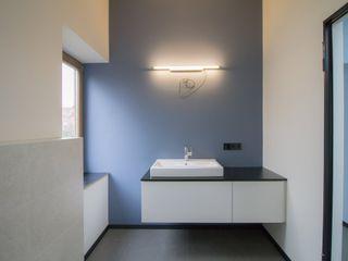 Modernisierung Haus W Fiedler + Partner Minimalistische Badezimmer Blau
