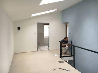 Modernisierung Haus W Fiedler + Partner Minimalistischer Flur, Diele & Treppenhaus Blau
