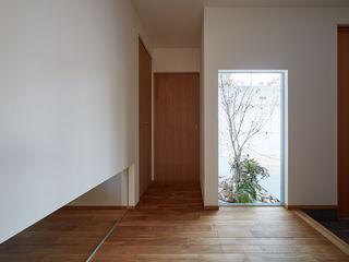 toki Architect design office Nowoczesne okna i drzwi Drewno Wielokolorowy
