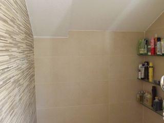 Almudena Madrid Interiorismo, diseño y decoración de interiores 現代浴室設計點子、靈感&圖片 磁磚 Beige