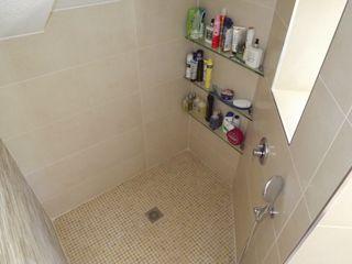 Almudena Madrid Interiorismo, diseño y decoración de interiores 現代浴室設計點子、靈感&圖片 陶器 Beige